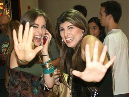 Apresentadoras Michelle Sampaio e Agda Queiroz brincam com repórter OsPaparazzi (Foto: OsPaparazzi)