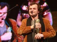 Matheus Nachtergaele recebe em Gramado o prêmio de melhor filme do júri popular com