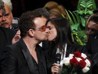 Bono Vox dá selinho na diretora Julie Taymor
