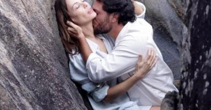 Atriz está de volta às novelas em 'O Astro', na Rede Globo; Carolina Ferraz e Rodrigo Lombardi têm química?