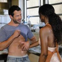 Personagens de Malvino Salvador e Cris Vianna se beijam dentro da cozinha de restaurante e são flagrados por Guaracy