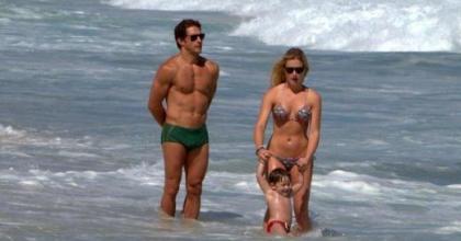Paparazzis de plantão flagram fotos do casal Flávio Canto e Fiorella Mattheis aos beijos na praia no Rio de Janeiro