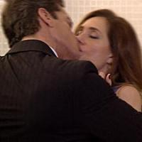 Ferdinand (Carlos Machado) cobra mais beijos e amassos de Tereza Cristina (Christiane Torloni) em Fina Estampa