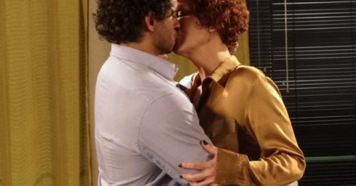 Esther (Julia Lemmertz) e Guaracy (Paulo Rocha) beijando Fina Estampa