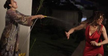 Griselda (Lília Cabral) vai dar um banho de mangueira em Tereza Cristina (Christiane Torloni) na novela Fina Estampa