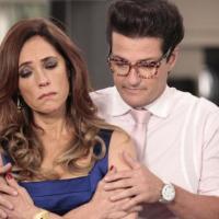 Vilã Tereza Cristina (Christiane Torloni) vai às lágrimas e é consolada pelo mordomo Crô (Marcelo Serrado) em Fina Estampa