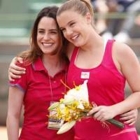 Treinadora Ana (Fernanda Vasconcellos) vibra com a vitória da aluna Sofia em partida de tênis na novela A Vida da Gente