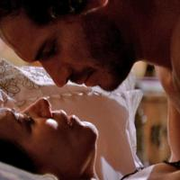 Griselda (Lilia Cabral) e Guaracy (Paulo Rocha) se beijam em noite romântica na novela Fina Estampa, da Rede Globo