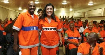 Apresentadora da Rede Globo, Regina Casé foi eleita a Rainha dos Garis do Rio de Janeiro nesta quarta-feira, 16