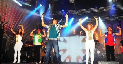 Oscar Constantino comemora 30 anos com show do cantor Latino em São José dos Campos - SP