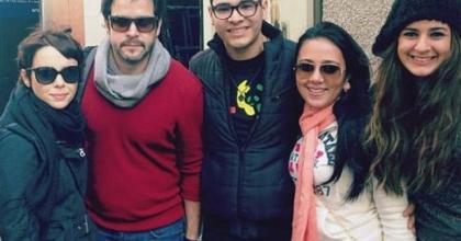 O casal Murilo Benício e Débora Falabella tiram fotos com fãs em Nova York