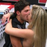 André beija Fernanda durante festa e a mineira já fala em namorar no Big Brother 2013
