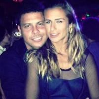 Namorada de Ronaldo Fenômeno, Paula Moraes, divulga foto abraçada com o amado