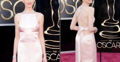 Atriz vencedora do Oscar 2013, Anne Hathaway, troca de vestido e pede desculpas