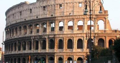 O Coliseu é, há séculos, o ícone dos tempos de glória de Roma, na Itália