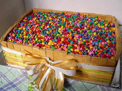Festa de aniversário com bolo colorido