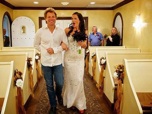 Jon Bon Jovi brilha em casamento de fã