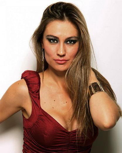 Agda Queiroz em foto ao estilo modelo