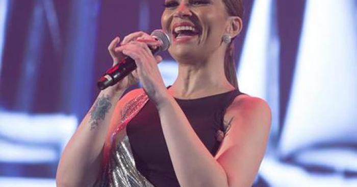 Solange Almeida show cantando Aviões do Forró