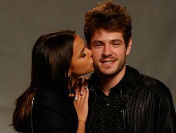 Mauricio Destri e Bruna Marquezine beijando beijo namorado