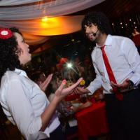 Ao som de Os Garçons Cantores, os casais apaixonados lotam o restaurante e chopperia Guten Bier em São José dos Campos - SP