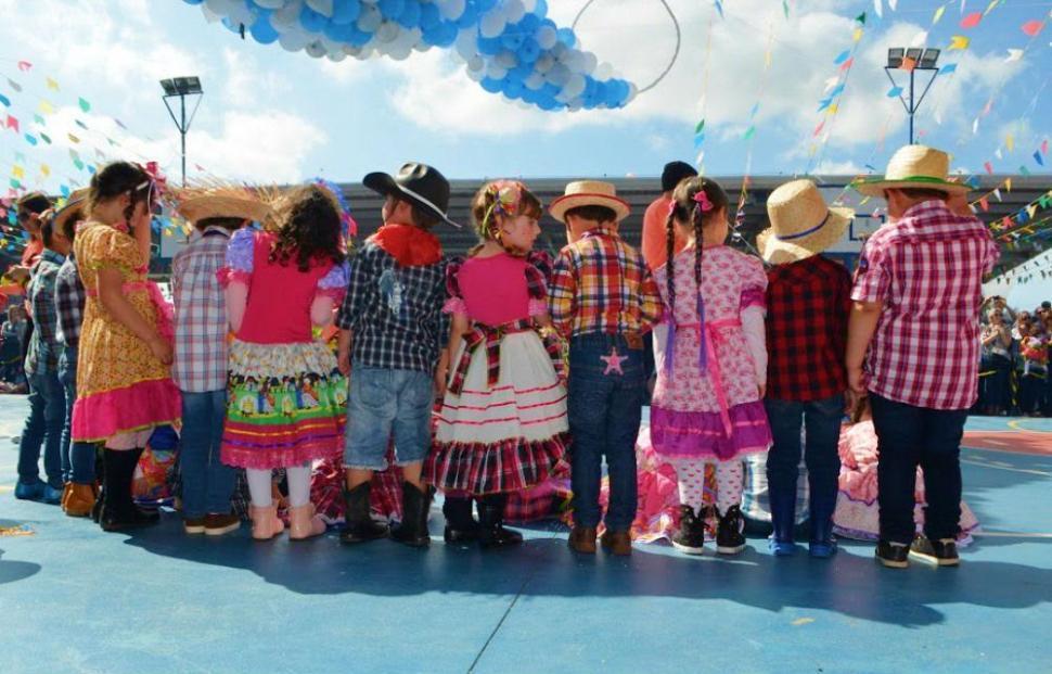 festa junina escola crianças danças
