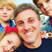 Lacrou a web a foto de Luciano Huck com os três filhos, destacada no Instagram do apresentador