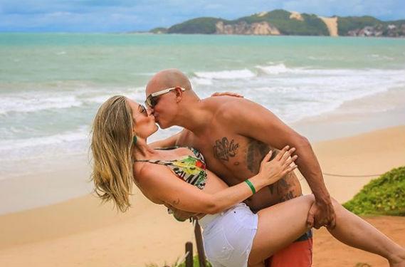 Agda Queiroz de biquíni e o marido na praia