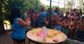 Nossos filhos se divertem com as cores da Tinta Holi; assista ao vídeo