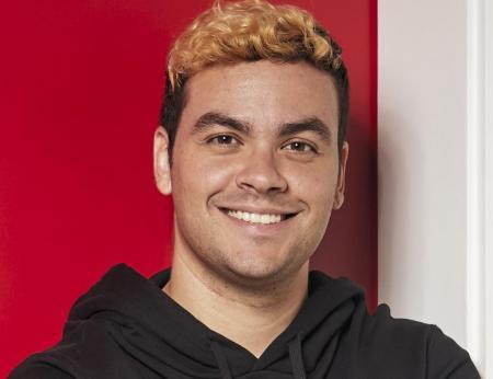 Luccas Neto e o seu cabelo loiro em foto em estúdio